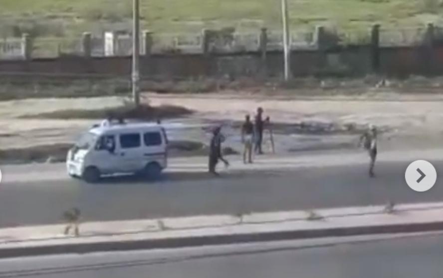 Mob overpower policemen